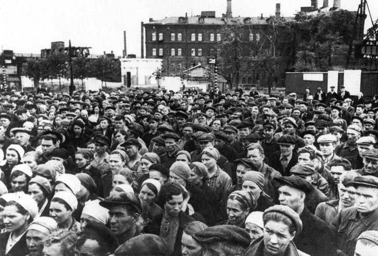 Рабочие завода «Серп и Молот» слушают заявление Советского правительства о вероломном нападении фашистской Германии на СССР