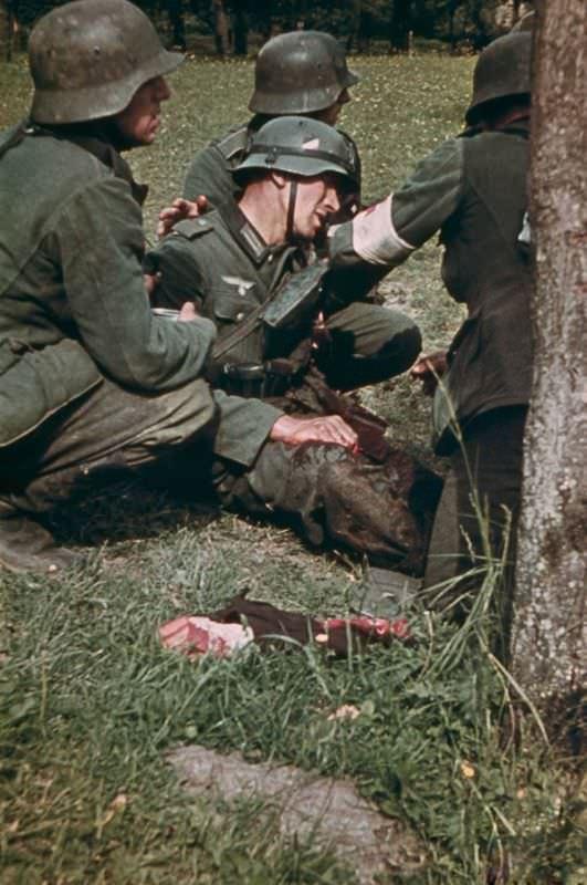Немецкий солдат с оторванной рукой