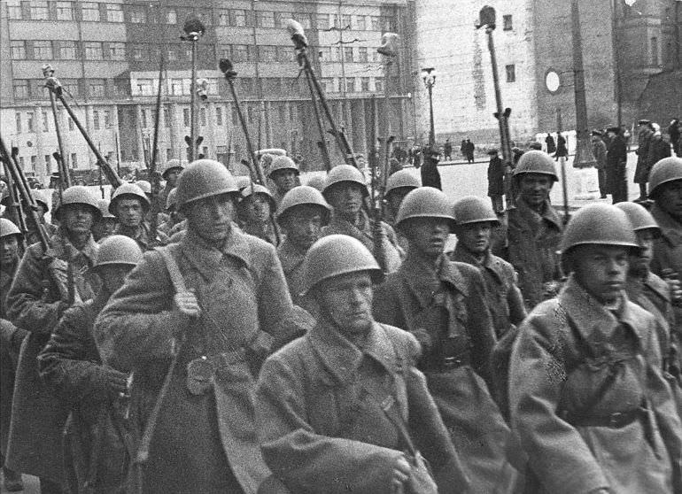 Колонна советских солдат на одной из улиц столицы
