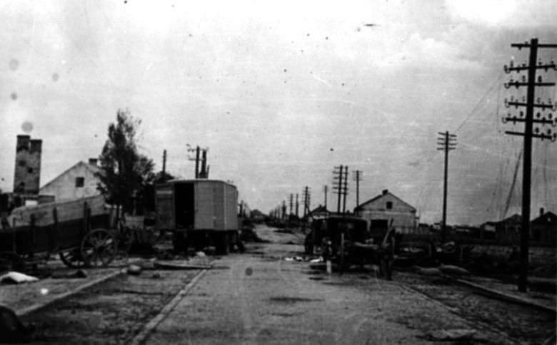 На железнодорожной станции после отступления советских войск
