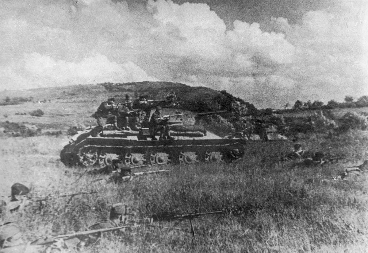 Советские бойцы при поддержке танков Т-34 ведут бой за станицу Крымская