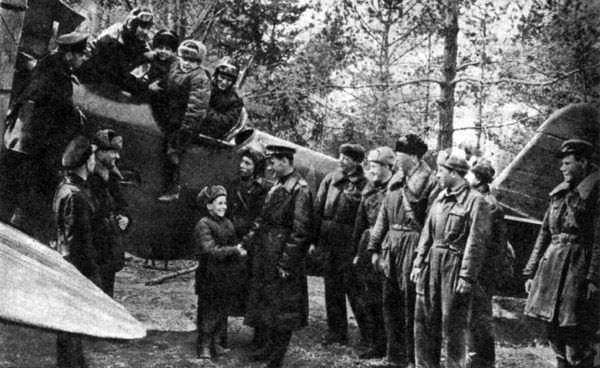 Дети, спасённые в ходе операции «Звёздочка», на аэродроме 105 Гв. ОАП ГВФ