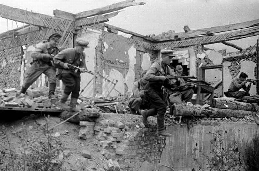 Советские автоматчики ведут бой на улице Белгорода
