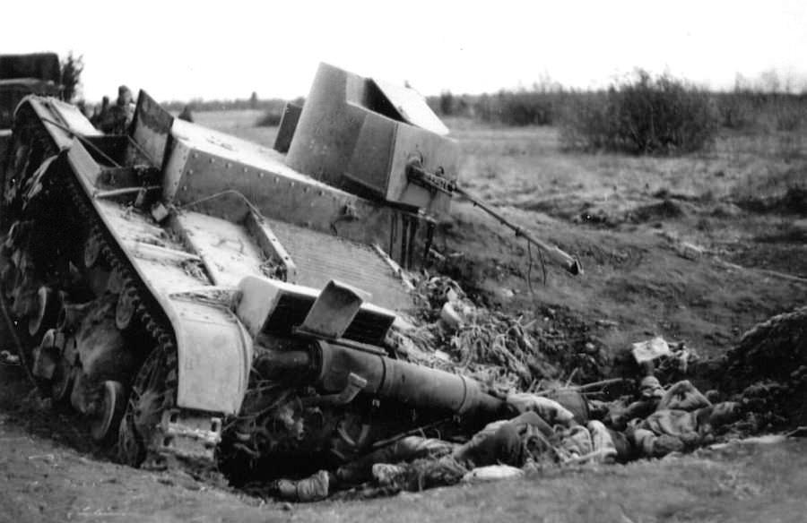 Подбитый советский танк ХТ-26