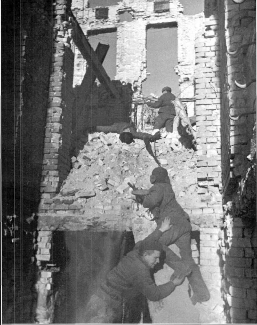 Советские солдаты в бою в Сталинграде