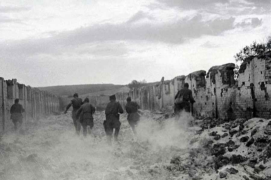 Группа автоматчиков стрелковой части выбивают немцев из укрепленных точек