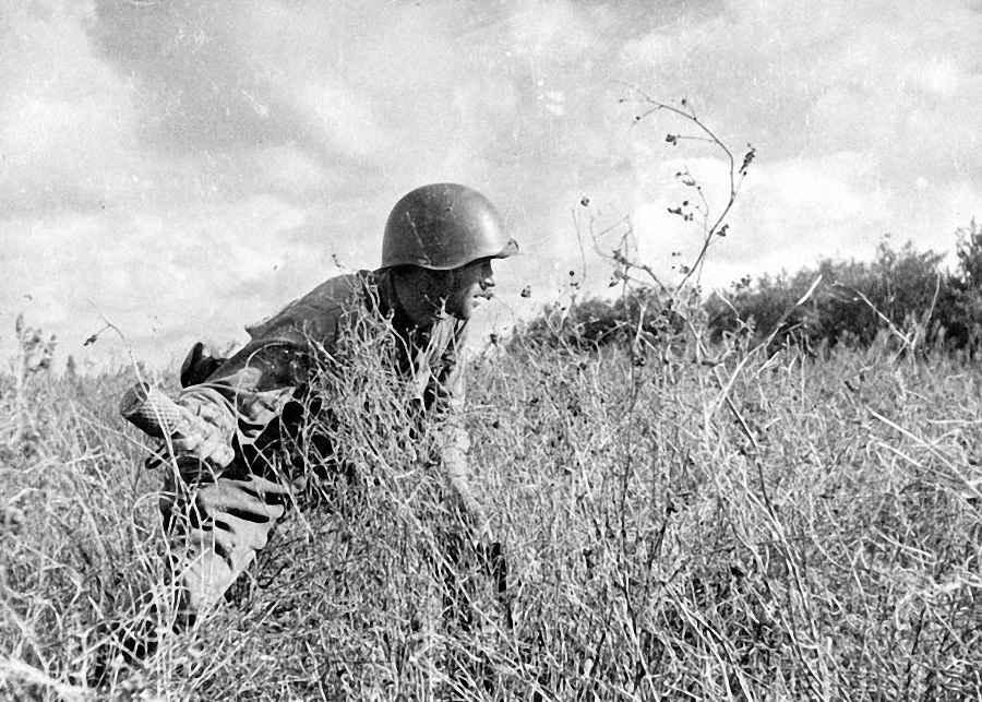 Советский пехотинец с гранатой РГД