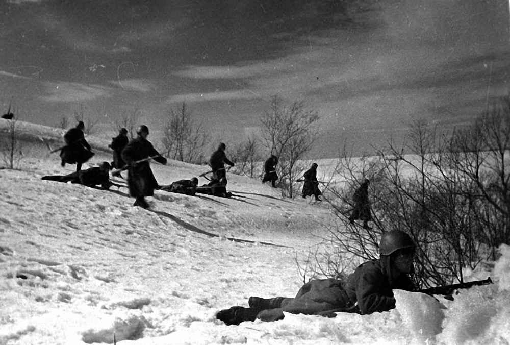 Гвардейцы Московской Пролетарской дивизии во время боя