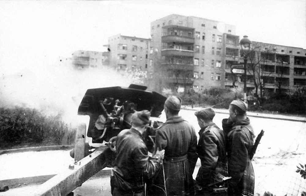 Орудийный расчет ведет бой на одной из улиц Берлина