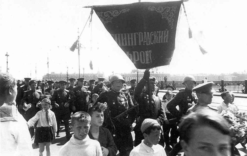 Встреча гвардейского корпуса на Кировском мосту