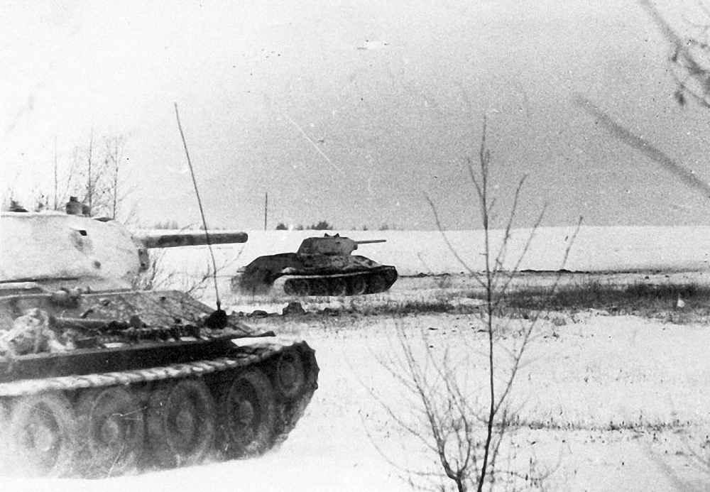Танки 1-й гвардейской бригады идут в атаку