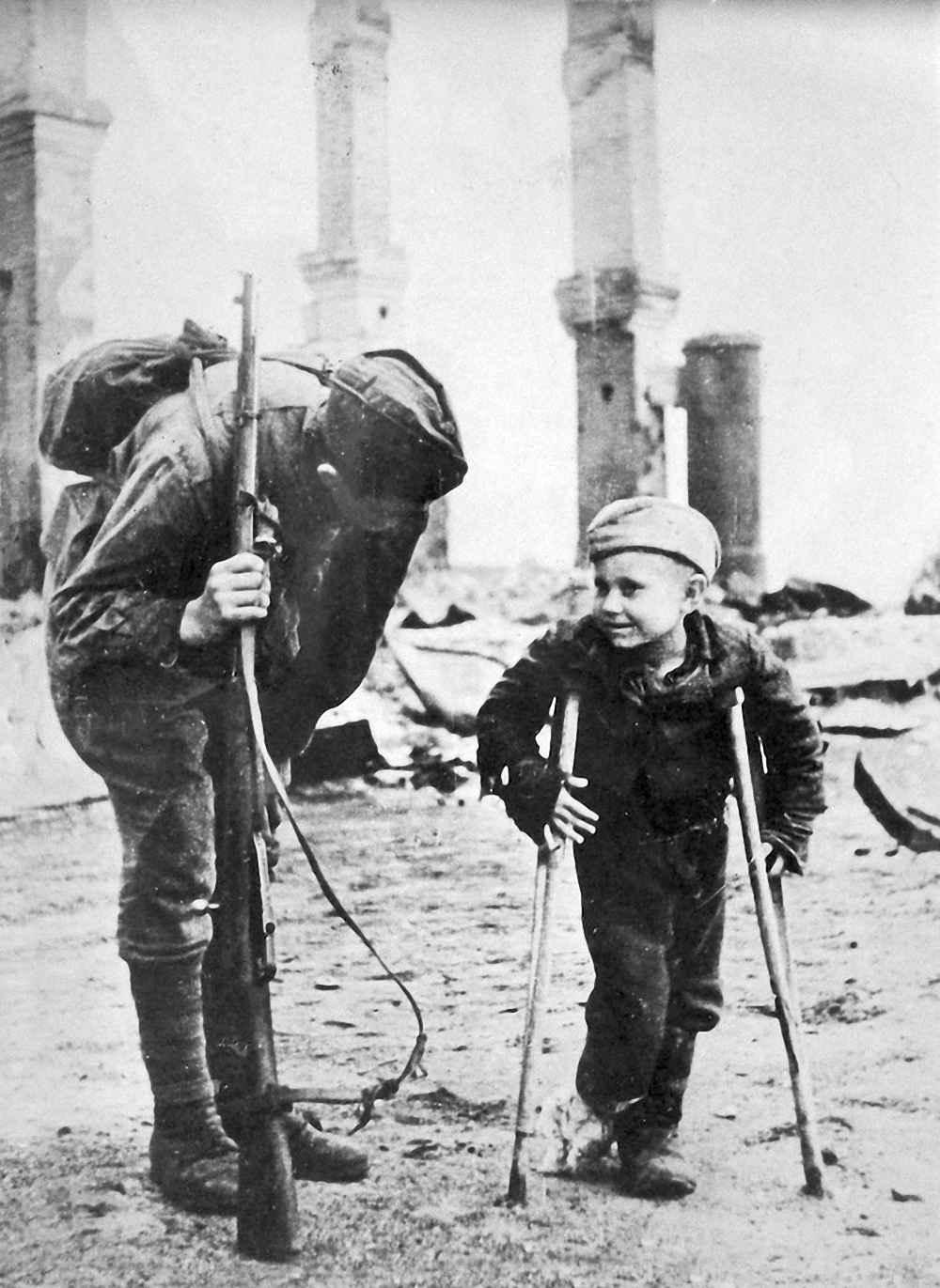 Солдат Красной Армии беседует с десятилетним Володей Лукиным
