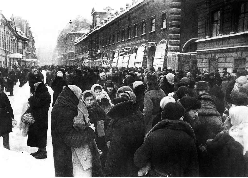 Толкучка у Кузнечного рынка в первую блокадную зиму Ленинграда