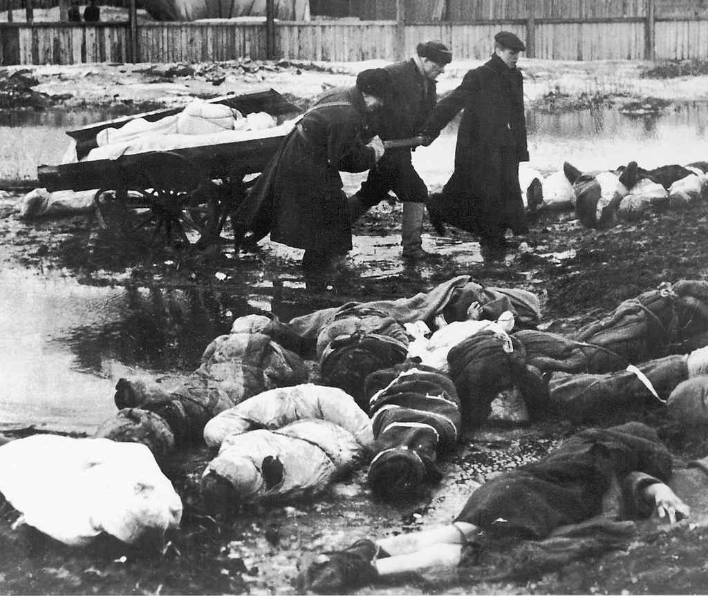 Вывоз трупов с пустыря Волкова кладбища в блокадном Ленинграде