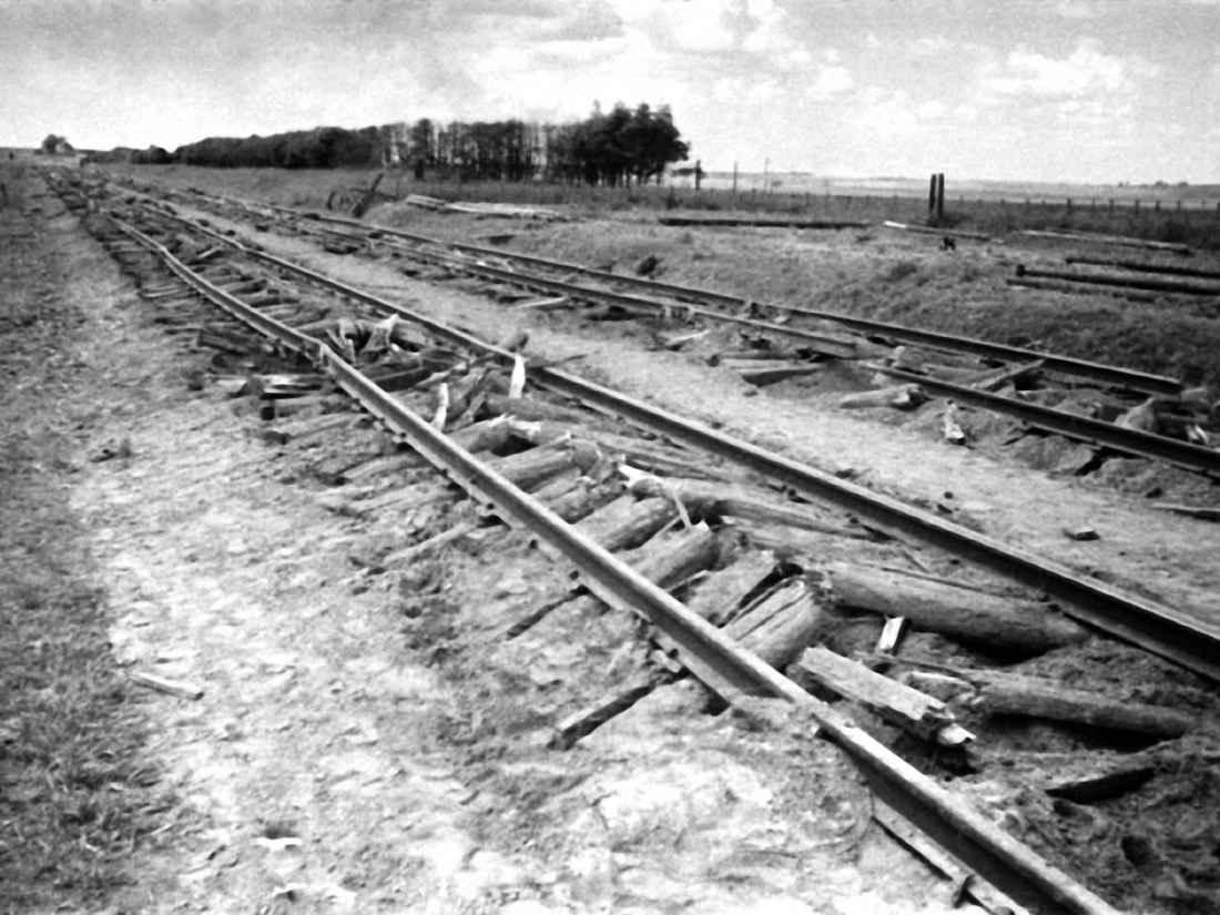 Поврежденная железная дорога