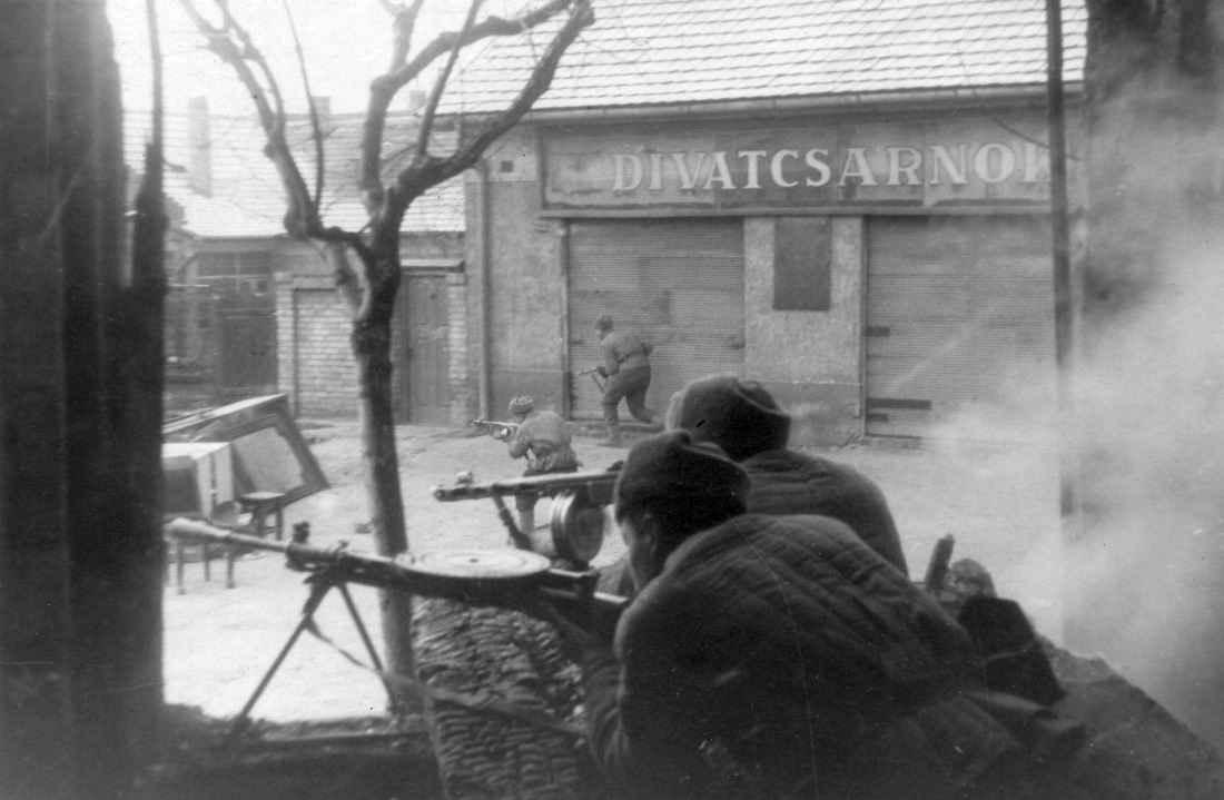Советские автоматчики в уличных боях за Будапешт