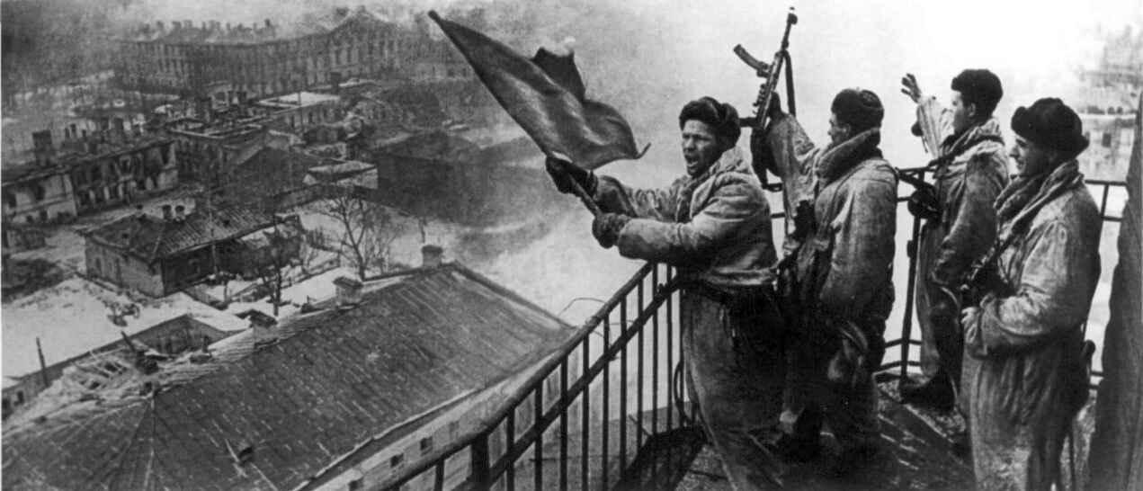 Красный флаг над освобожденной Гатчиной