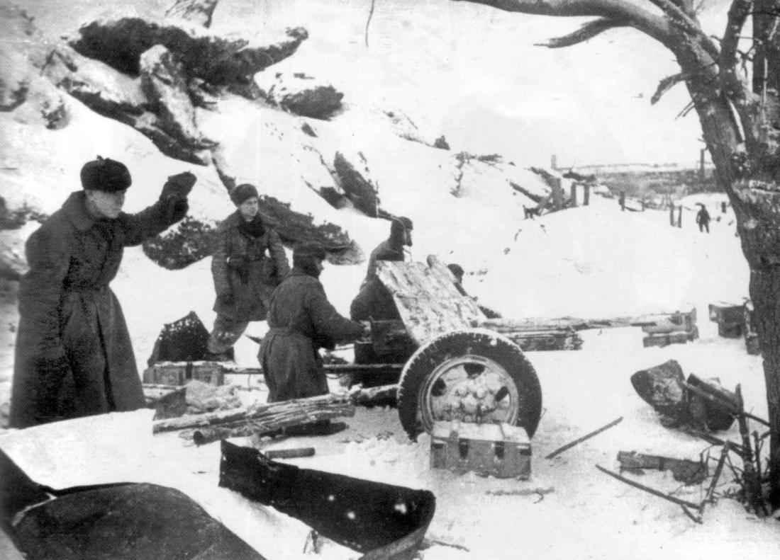 Советские артиллеристы ведут огонь по немецким позициям в Сталинграде