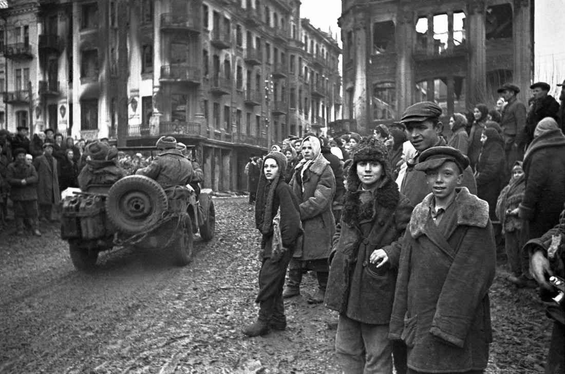 Жители освобожденной Винницы встречают советских солдат