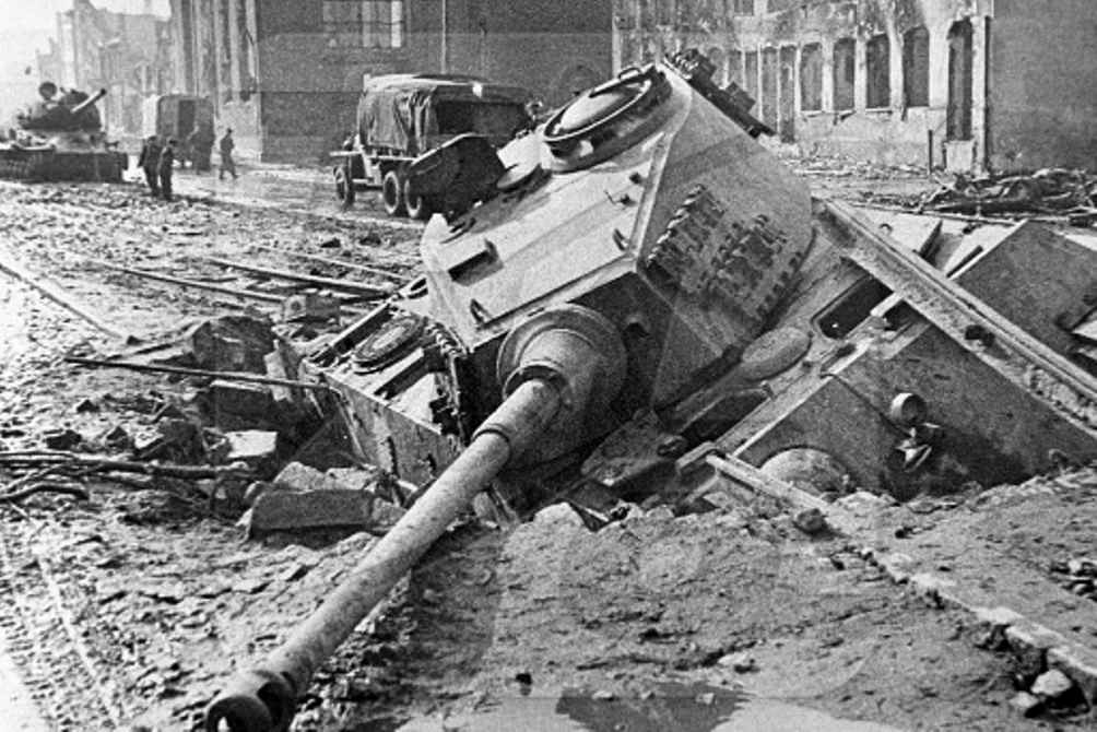 Подбитый тяжёлый танк «Королевский Тигр» на улице Данцига