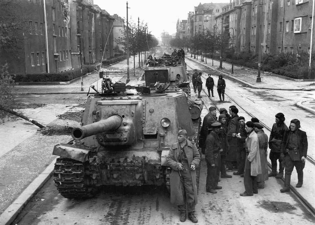 Колонна советских САУ на улице Берлина