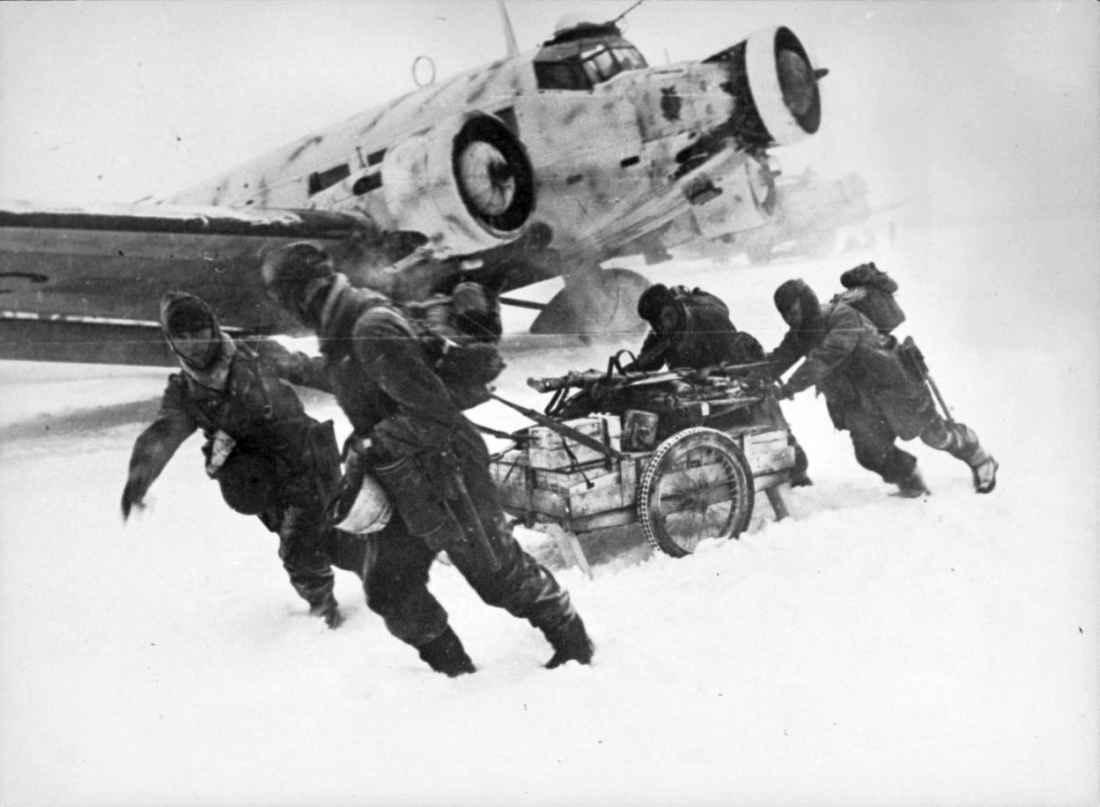 Немецкие солдаты у транспортного самолета