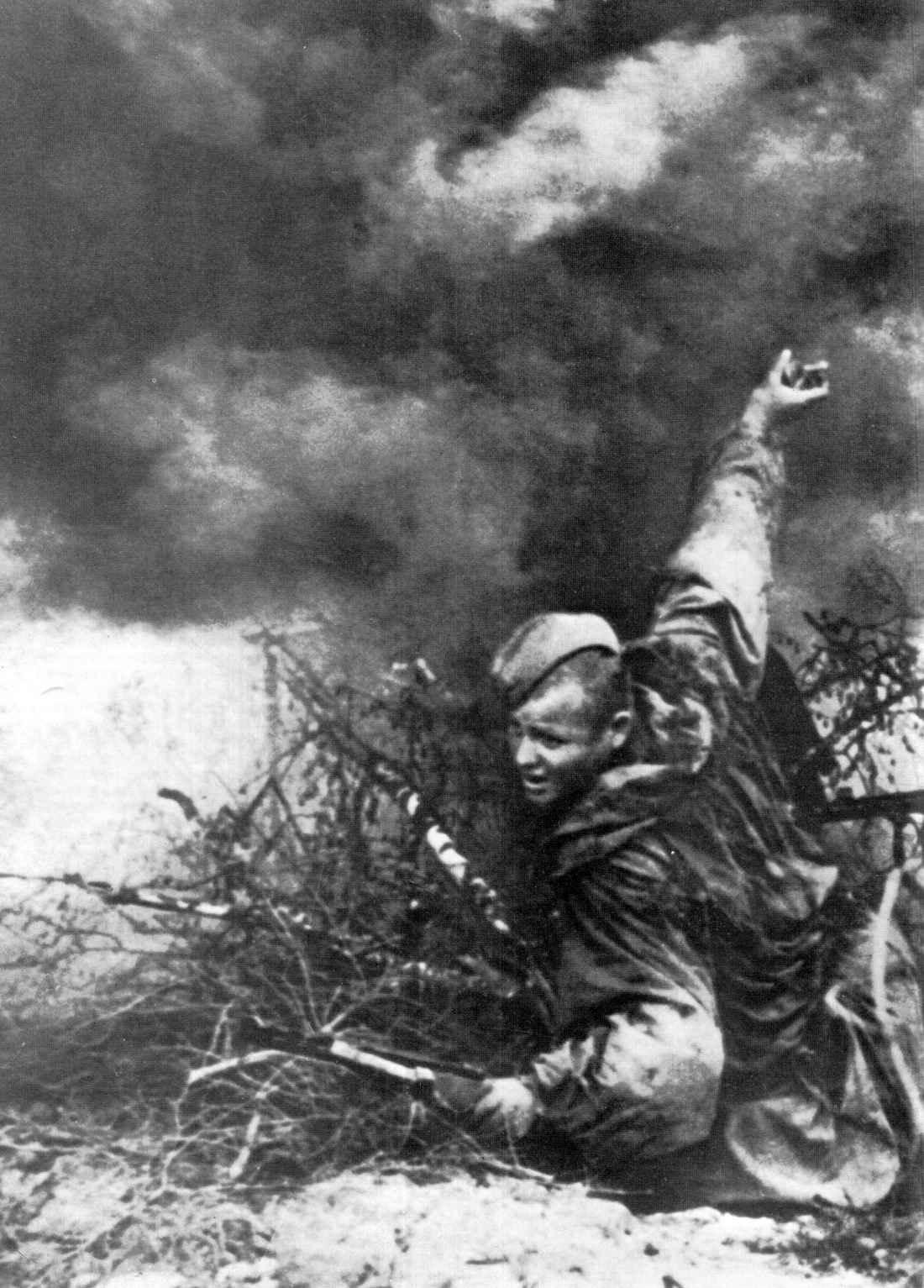 Советский разведчик в бою