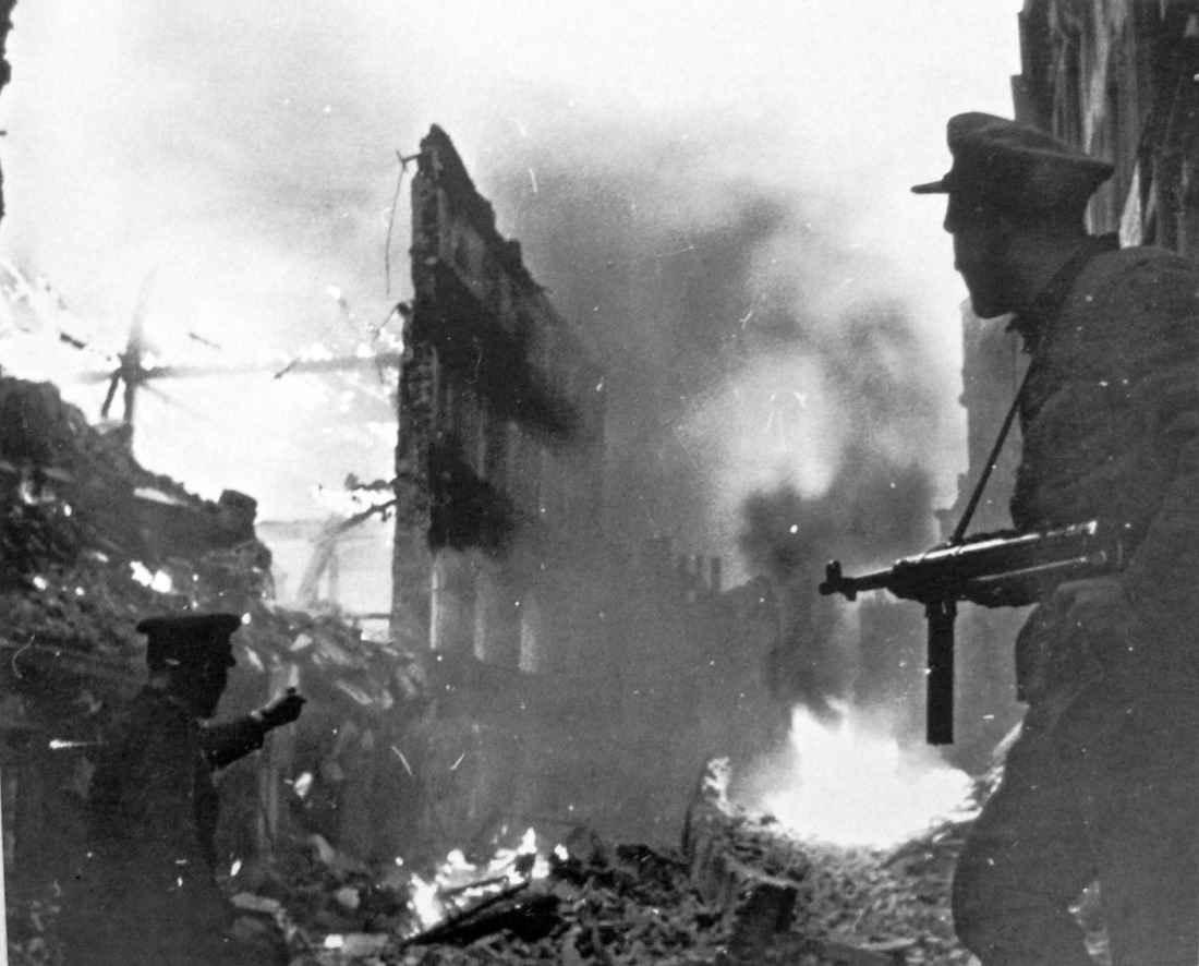 Советские бойцы в бою на улице Глогау
