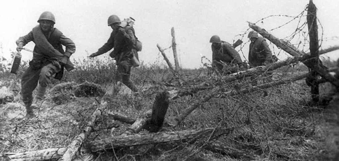 Гвардейцы Ленинградского фронта преодолевают укрепления финнов