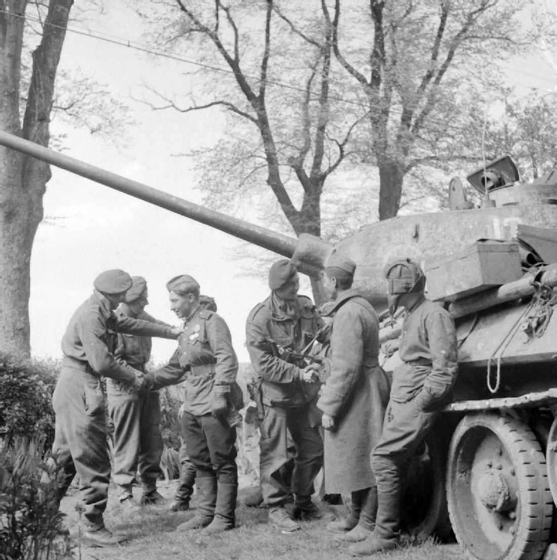 Встреча советских танкистов и английских десантников