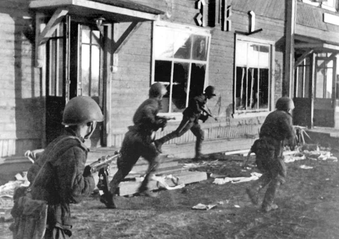 Советские автоматчики ведут бой за город Олонец