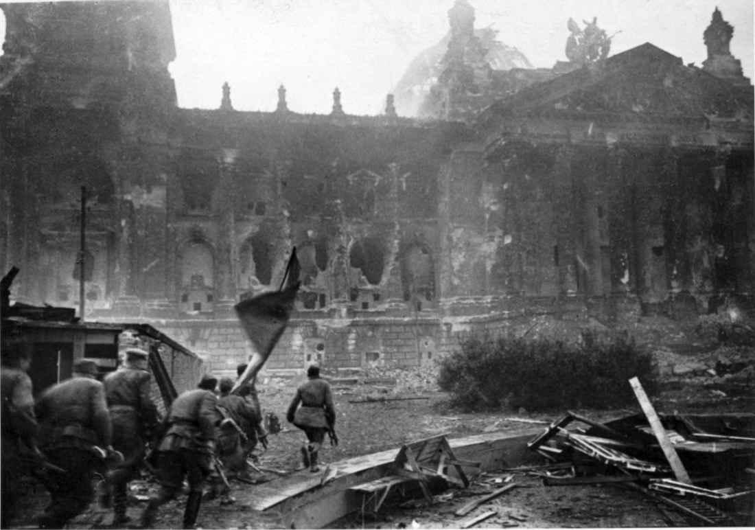 Штурмовая группа советских бойцов у рейхстага