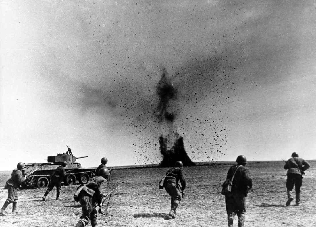 Советские солдаты атакуют