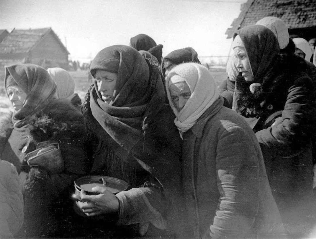 Эвакуированные из Ленинграда на берегу Ладожского озера