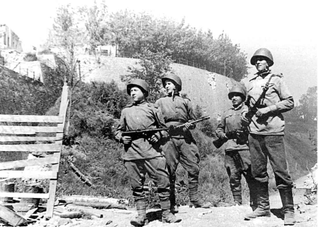 Советские солдаты в освобожденной Нарве