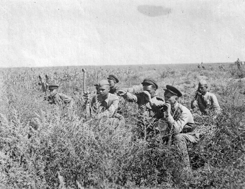 Степь в Донбассе, советские офицеры наблюдают за обстановкой