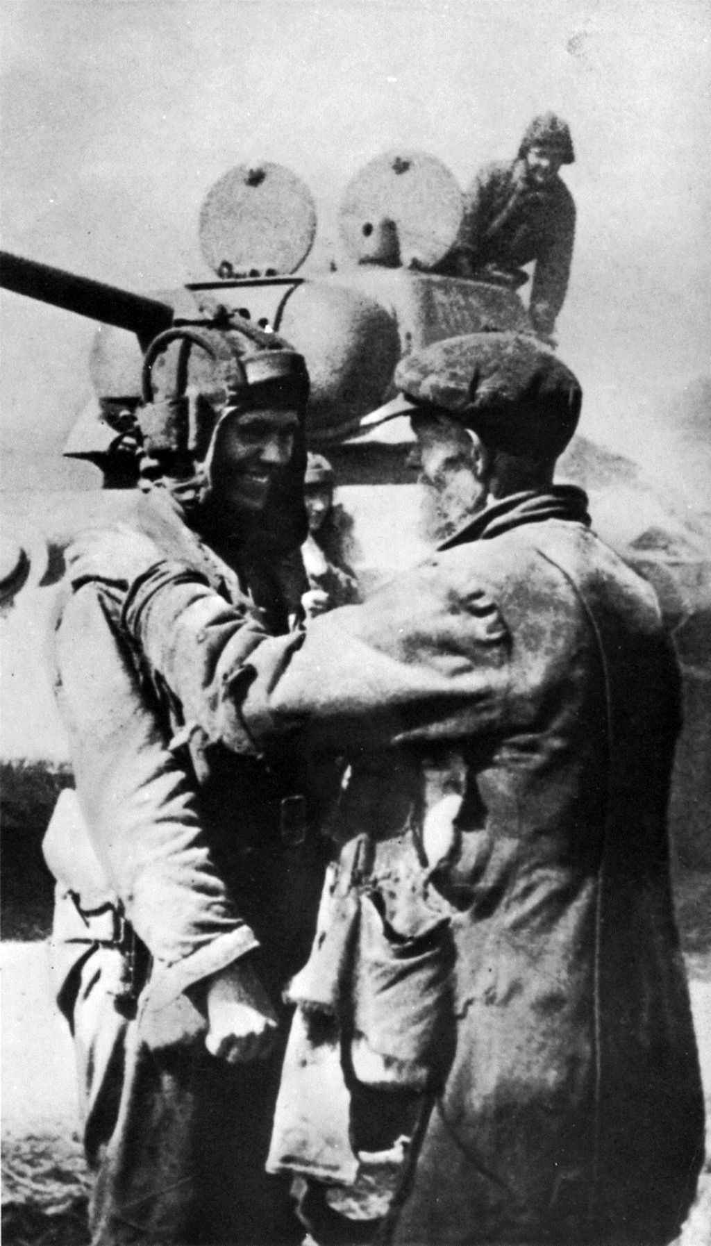 Житель освобожденного Харькова приветствует советского танкиста