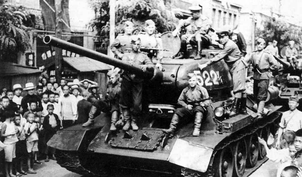 Советские танки на улице китайского города Далянь
