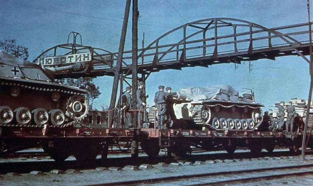 Эшелон штурмовых орудий на станции Люботин