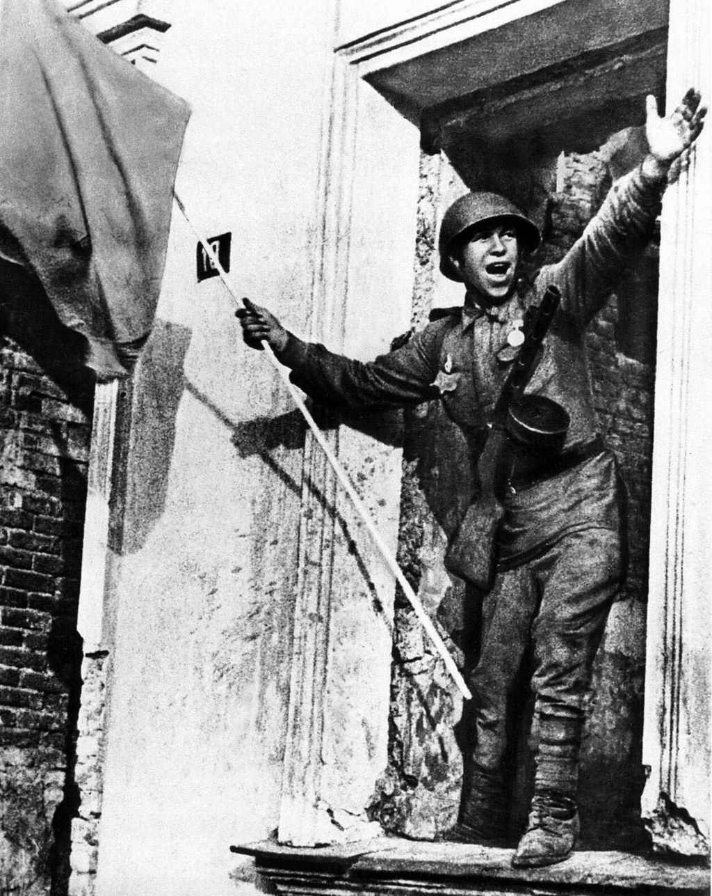 Советский солдат со знаменем в освобожденном городе Орле