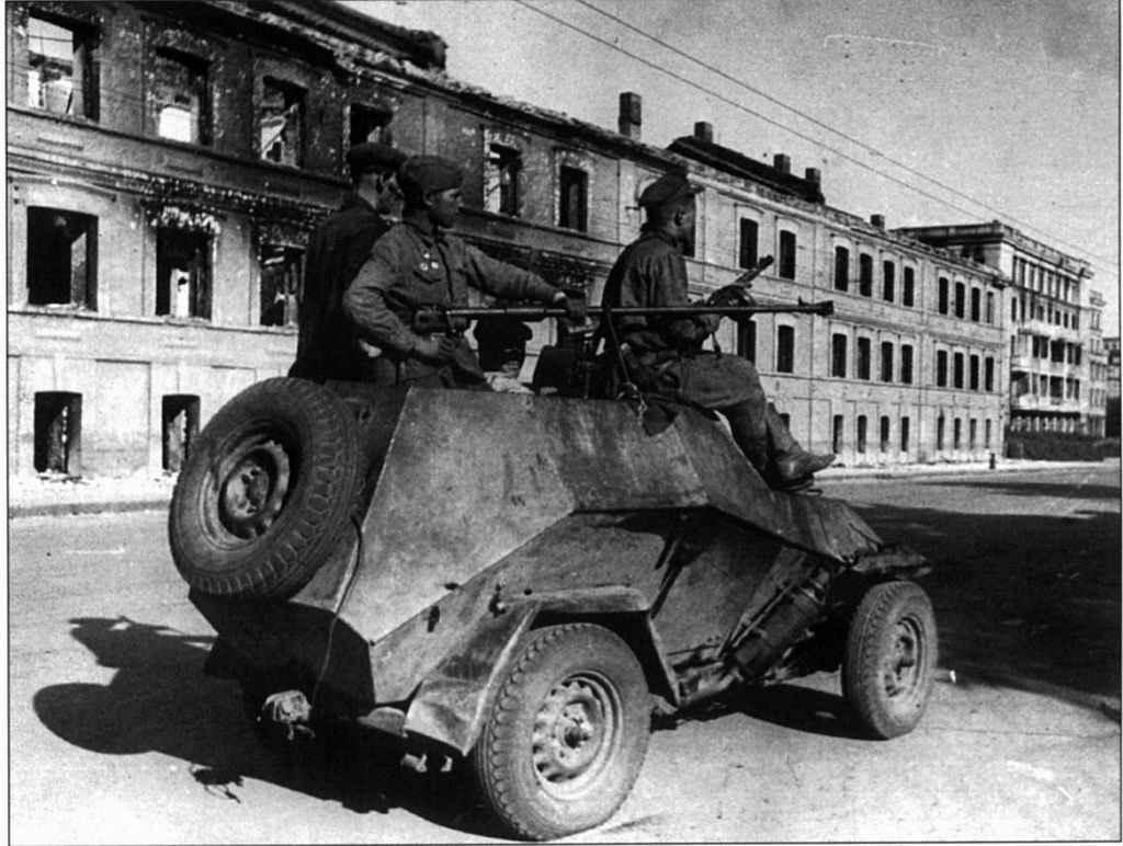 На улице освобожденного Сталино (Донецка)