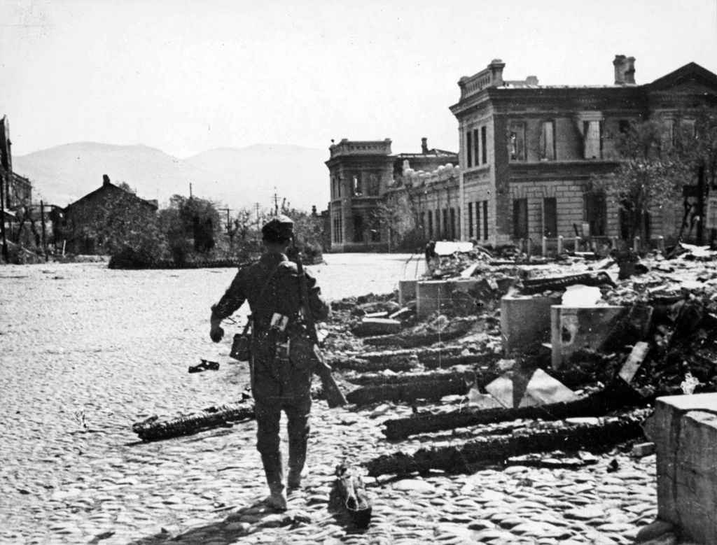 Немецкий солдат на площади захваченного Новороссийска
