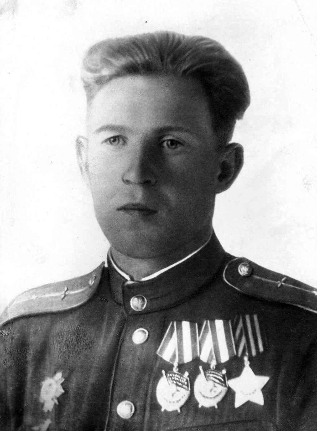Летчик-штурмовик гвардии младший лейтенант Б.Д. Щапов