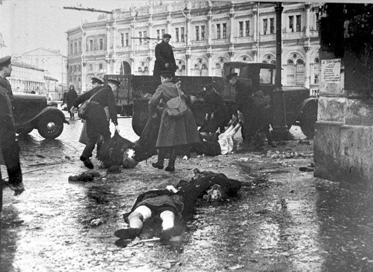 Погрузка убитых и раненых в Ленинграде