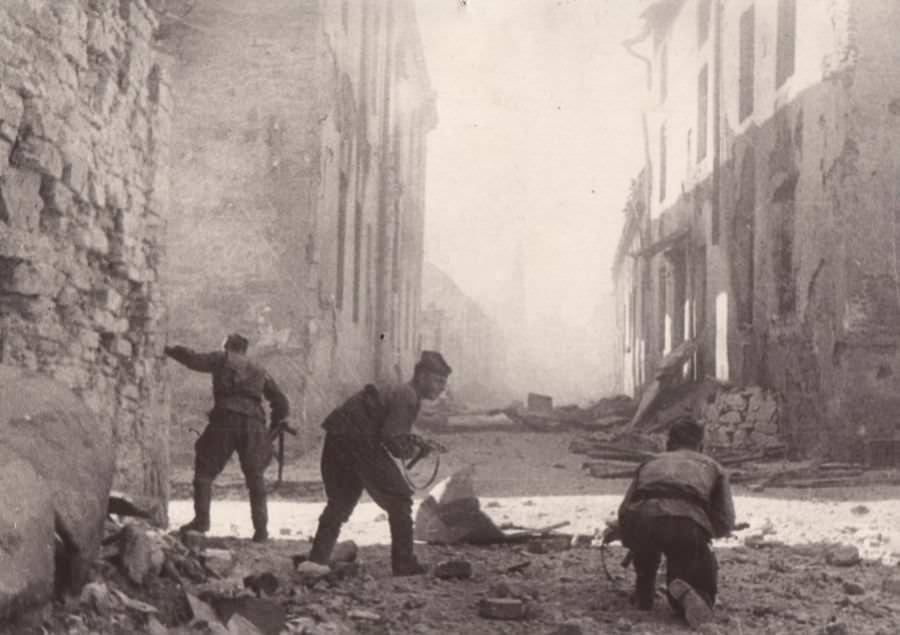 Советские разведчики на улицах Нарвы