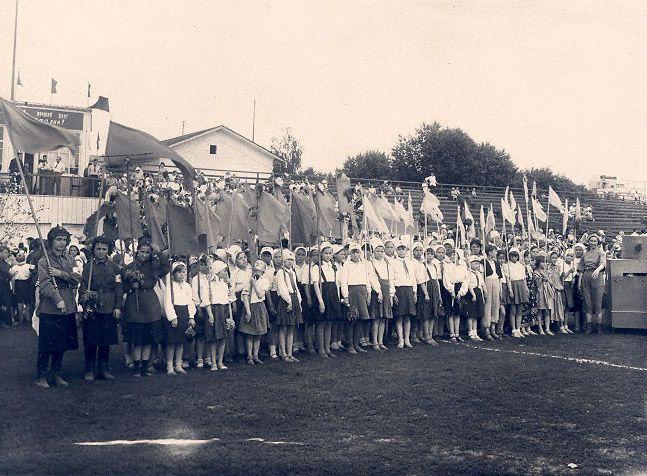 Дети во время традиционного праздника, посвященного окончанию учебного года