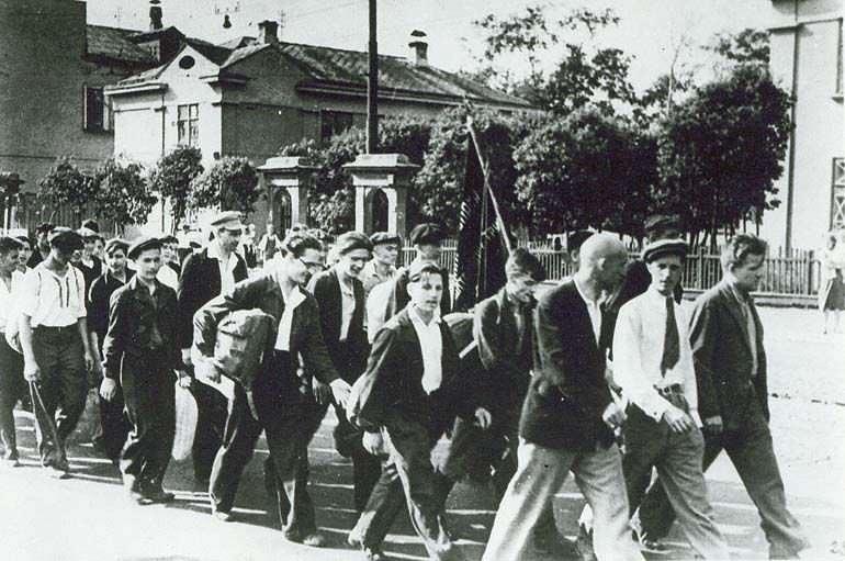 Ополченцы Московского инструментального завода идут на сборный пункт