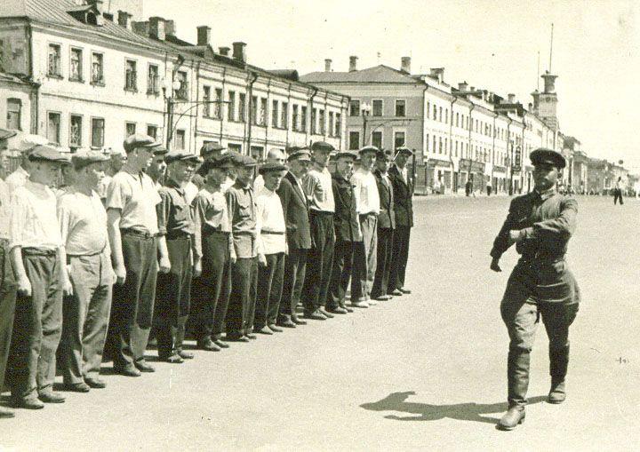 Лейтенант Третьяк И.Ф. проводит с ополченцами занятия по строевой подготовке