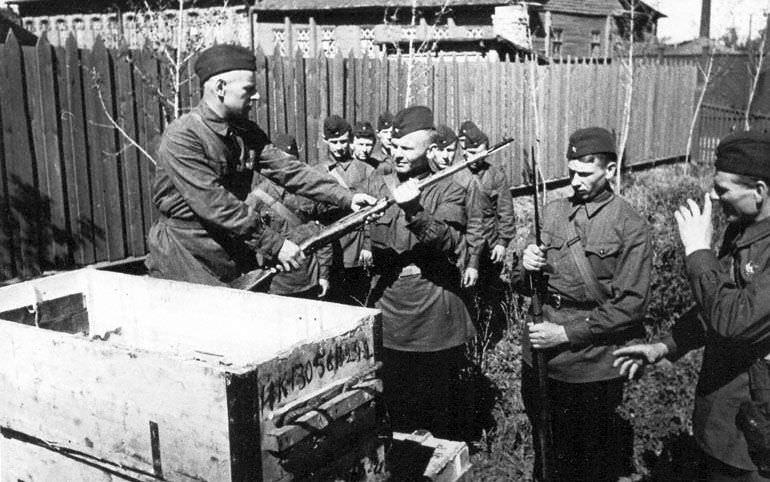 Народные ополченцы Кировского завода получают оружие