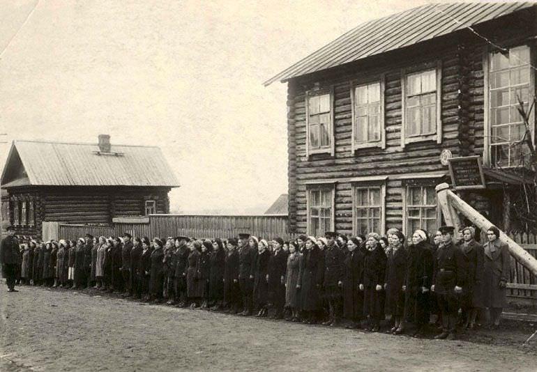 Курсы медицинских сестер перед отправкой на фронт